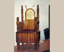 הכסא שנתרם לבית הכנסת.